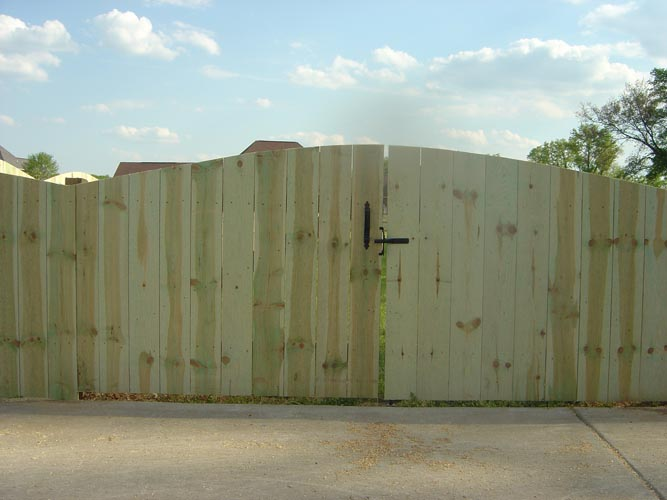 multi height wood scalloped-semi-private-fence-0410.4